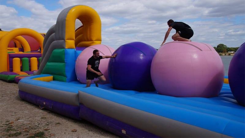 Location parcours gonflable defi boules